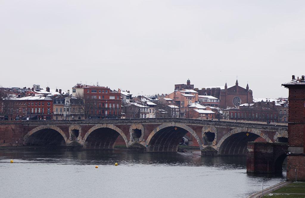 Été comme hiver, le Pont Neuf reste l'une des plus belles entrées du quartier !