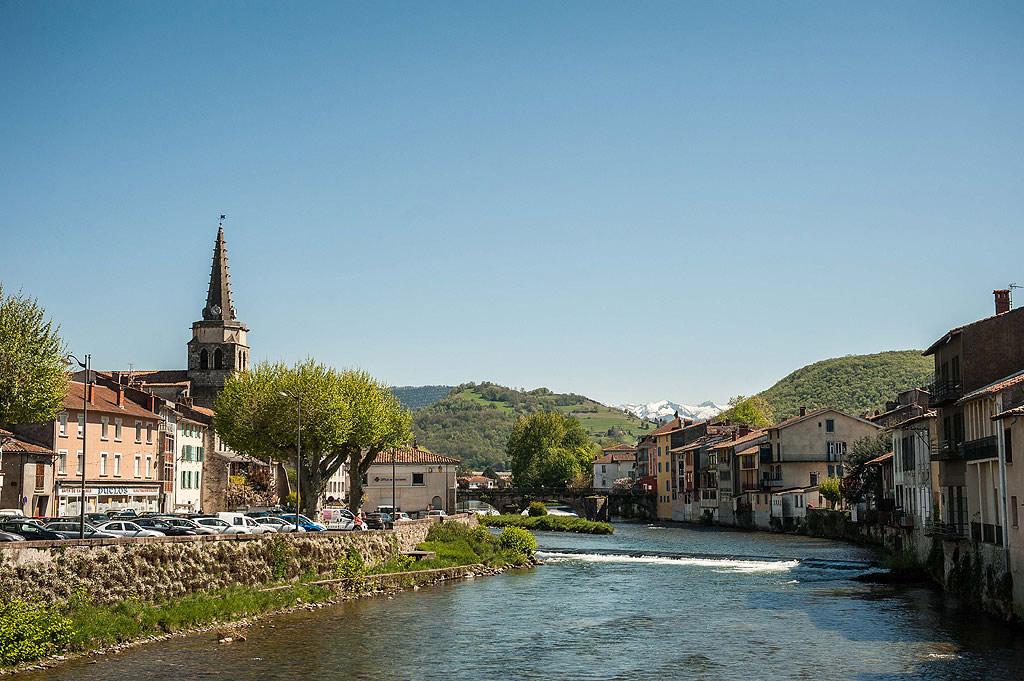 La ville de Saint-Girond au bord de la rivière