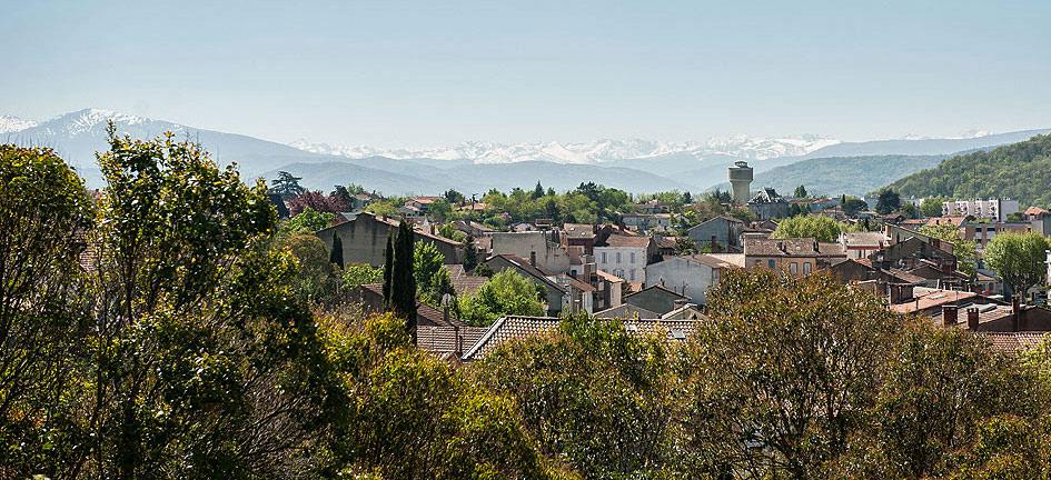 La ville de Pamier et les Pyrénées au loin